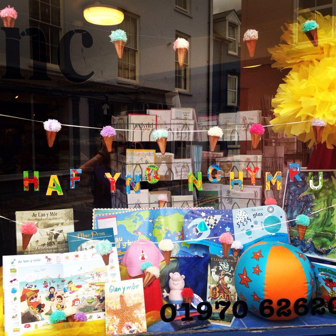 Ffenest Siop / Shop window  Pom pom's hufen iâ / Ice cream Pom pom's