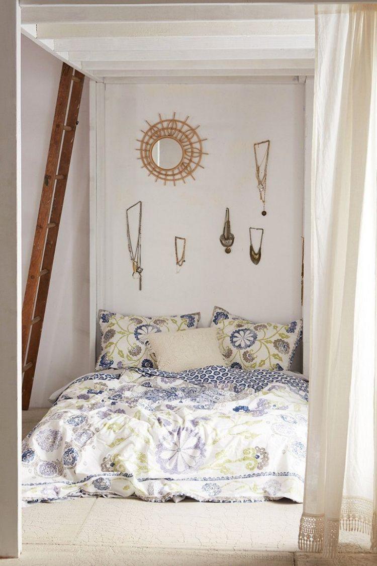 bohemian-style-schlafzimmer-weiss-wanddeko-ketten-spiegel-sonne ...