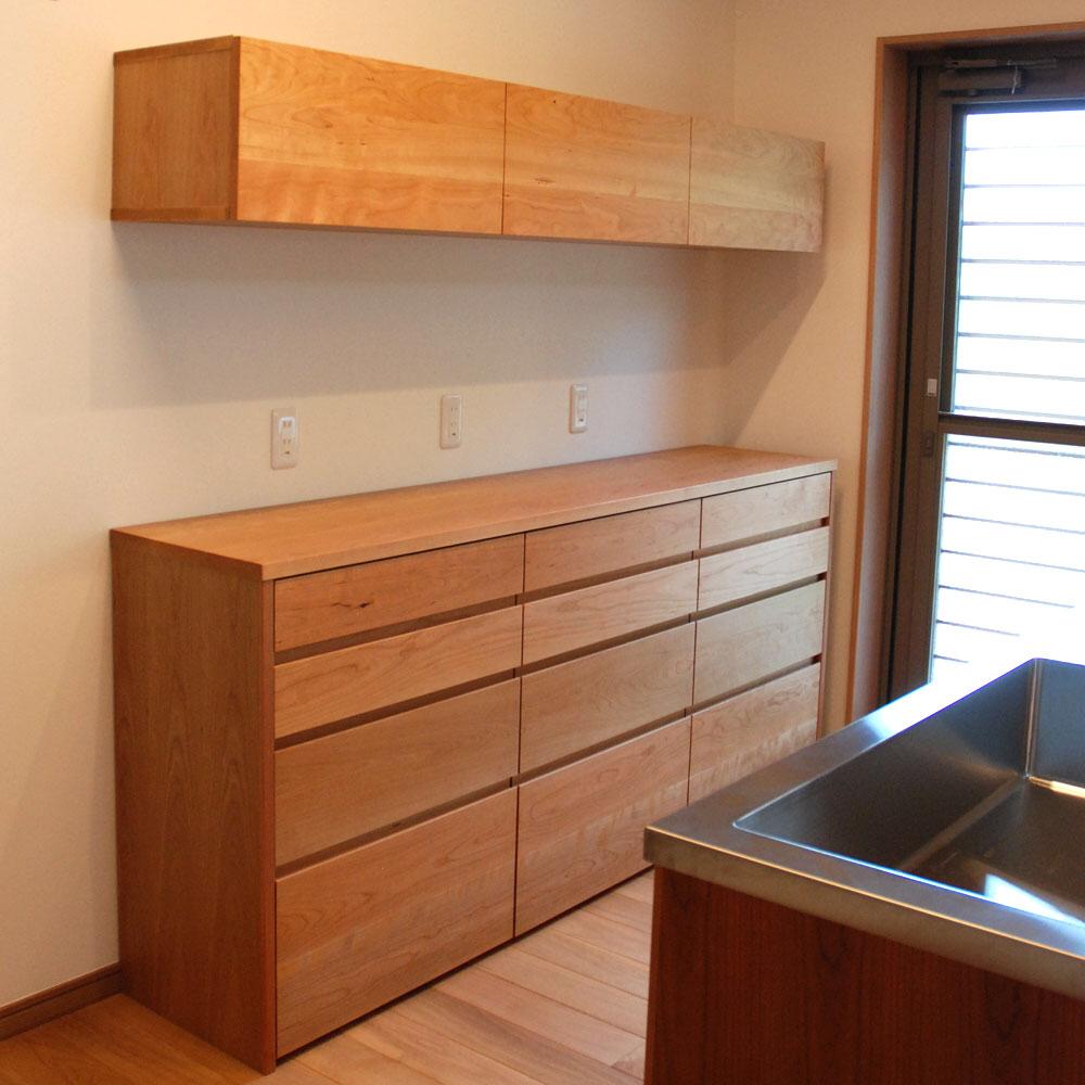 食器棚としてのキッチン背面収納 横長吊戸棚も製作 5059 オーダーメイド家具キッチン 家具工房ツリーベ 2020 キッチン 背面収納 戸棚 収納 横長