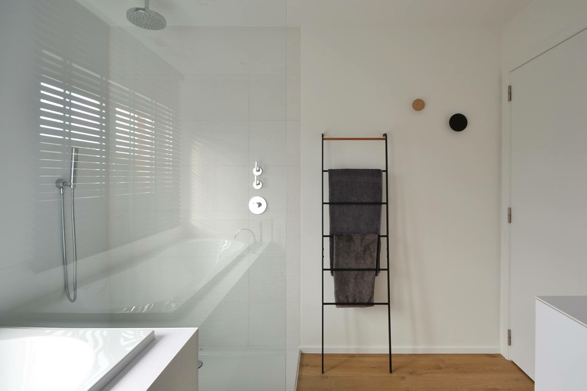 Moderne Witte Badkamer : Moderne witte badkamer met zwarte accenten bathroom