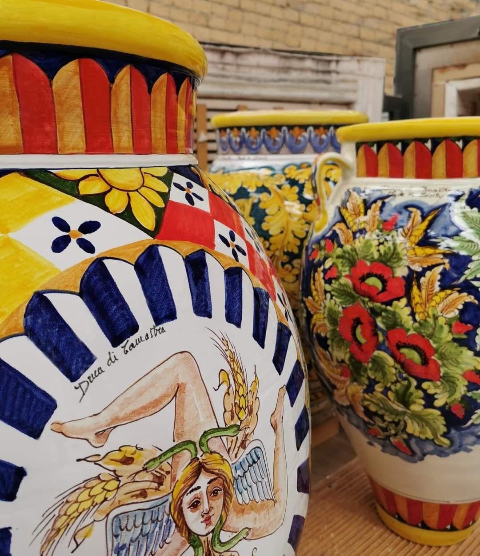 Attraverso Le Nostre Ceramiche Amiamo Raccontare Storie Che Svelano La Sicilia I Suoi Colori Le Sue Calde Atmosfere S Ceramica Piastrelle Servizi Da Tavola