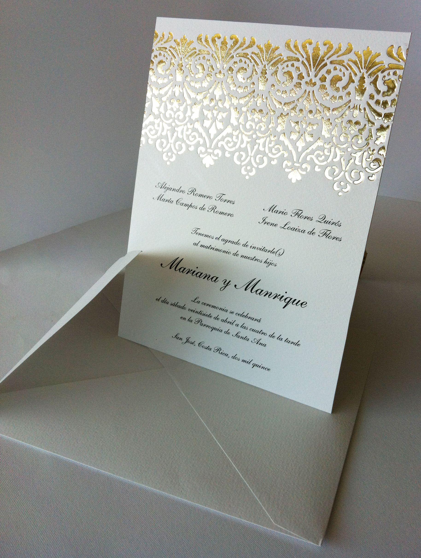 Invitación impresa en finos papeles con estampación en oro.