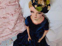 Boudoir Puppe mit blauem Samtkleid
