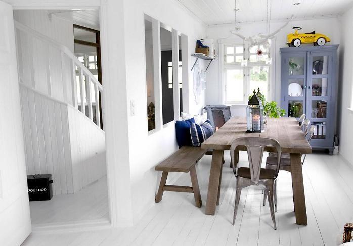 Mesa rústica com combinação de bancos e cadeiras.