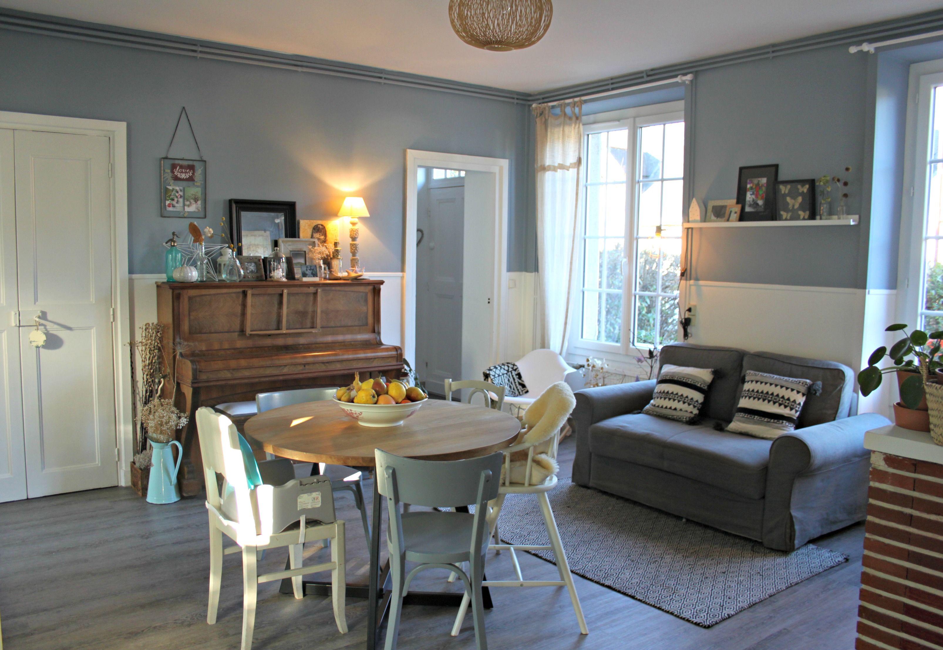 S jour salon vintage mur bleu gris chemin e tag re r cup for Deco sejour 20m2