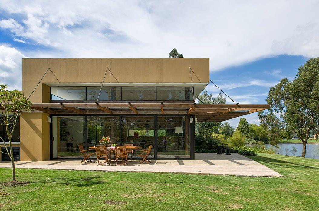 Fachada zona social una gran fachada de vidrio protegida for Fachadas de casas con terraza
