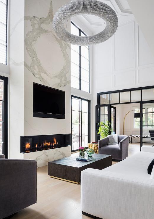 Zweistöckiger Kamin aus weißem Marmor mit TV-Nische – Modern – Wohnzimmer