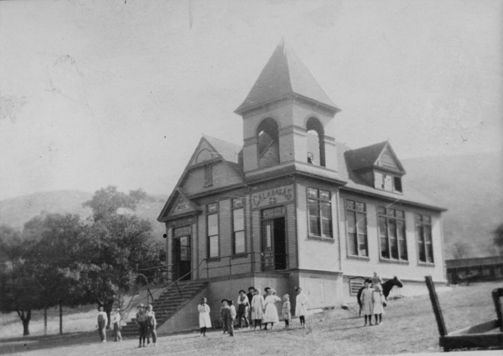 Children Gathered Around The 1890 Calabasas School House Circa 1910s Calabasas Historical Society San Old School House School House Rock San Fernando Valley