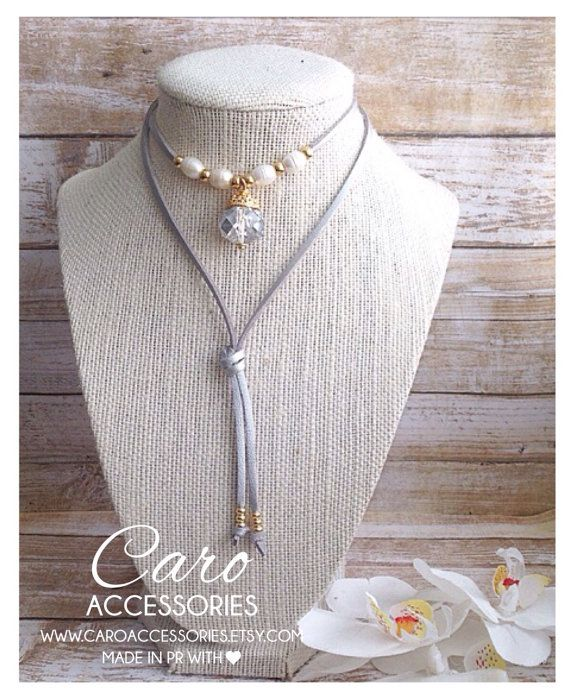 496a4eb7102a Collar en gamuza metalica plateada. Perlas de agua dulce y cristal ...