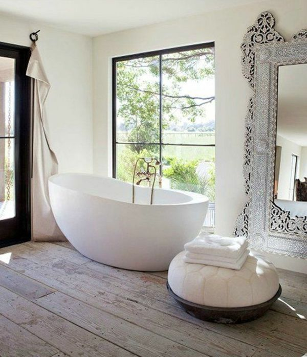 Freistehende Badewanne im modernen Badezimmer | Badezimmer ...