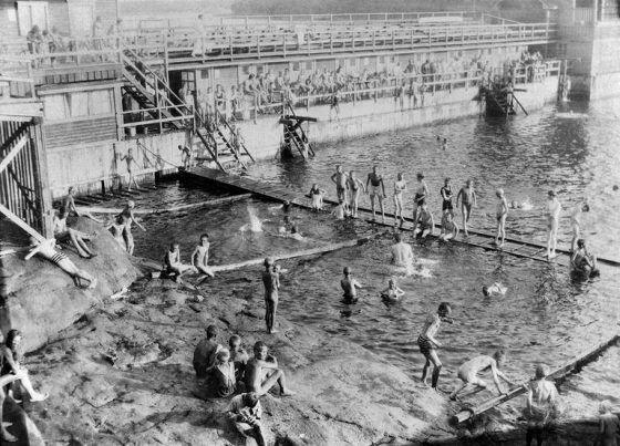Humallahden uimalaitos Töölössä 1920-luvulla. Uimalaitos purettiin 1950-luvulla.