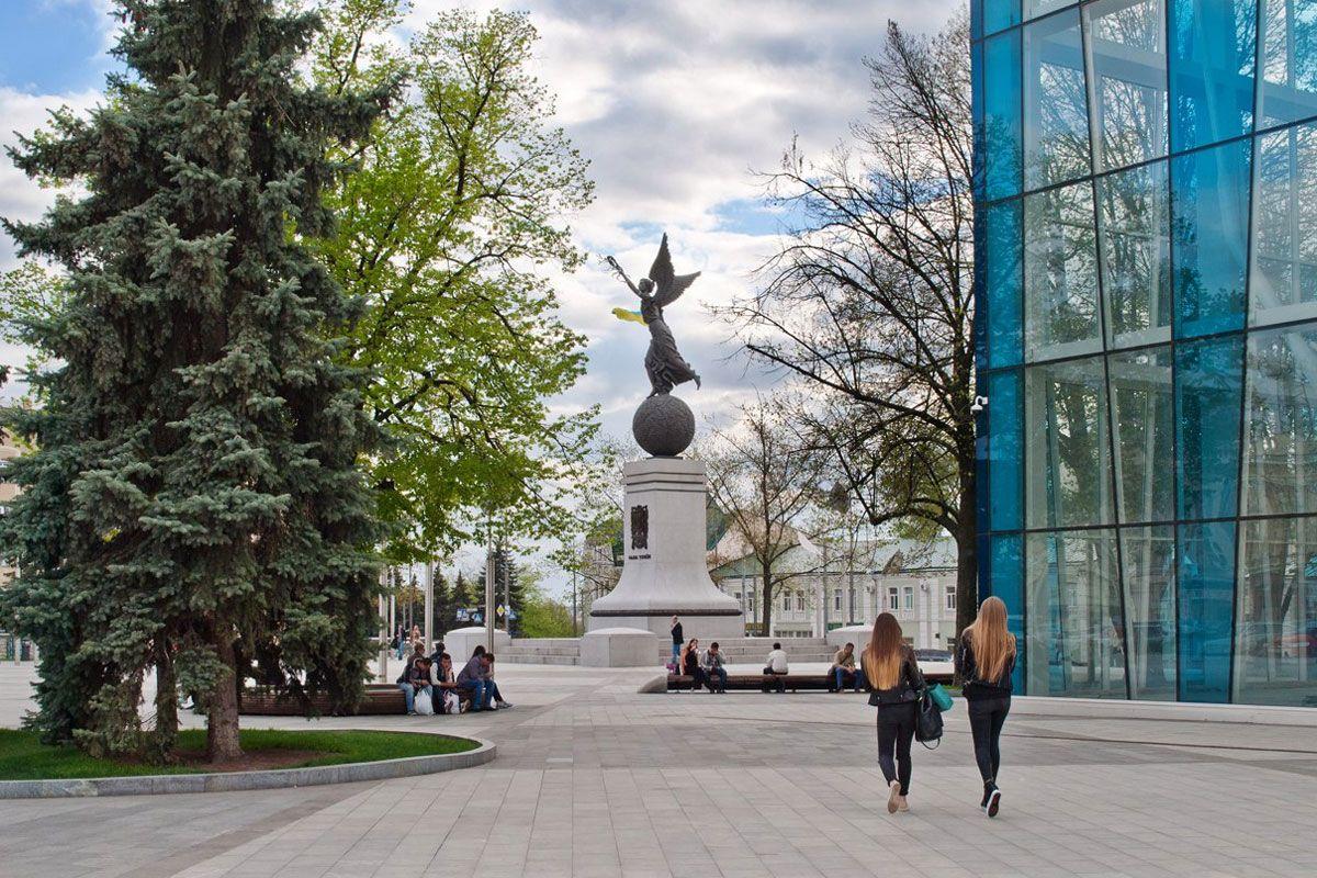 Эта площадь называлась Николаевской, Тевелева, Советской Украины. Ее архитектурный облик менялсявместе с обликом Харькова, отражая исторические этапы, через которые прошел наш город.