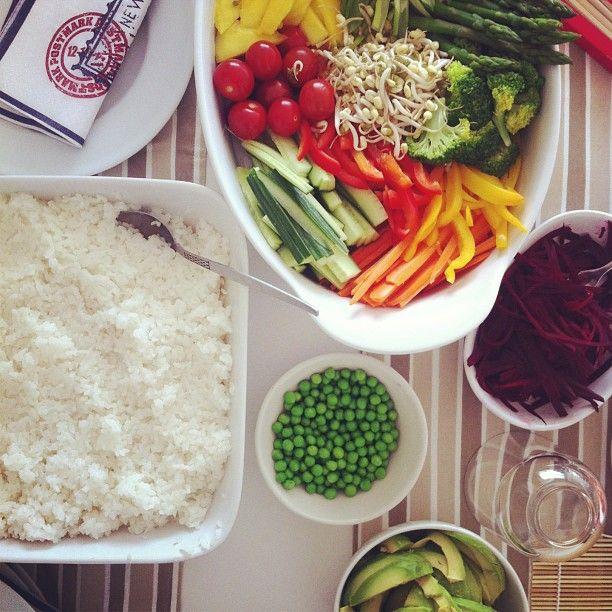 Sushi in the making med den sødeste madklub  #sushi #dinner #madklub #801010 #vegan #veganfood #veganfoodshare #vegetarian #healthy #naturalfood #foodie #foodshare #lovefood #consciousbites #consciousliving #cleaneating #plantbased #organicfood #powerbyplants #highcarb #ilovecarbs #madmedmedfølelse #frokost #økologi #økologisk #økougen #vegansk #vegetarisk #fitfamdk #aftensmad #Padgram