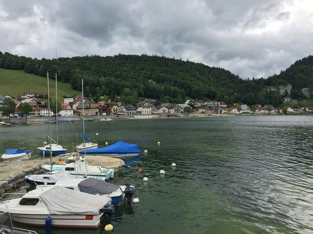 Sunnuntaiajelulla Jura-vuorten toisella puolella, Lac Du Joux järven ympäri :)