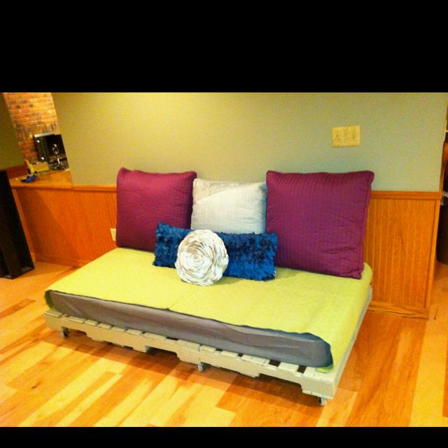 Pallets Under The Twin Mattress For The Dog Bed God I Love Pallets Pallet Dog Beds Twin Mattress Diy Dog Bed