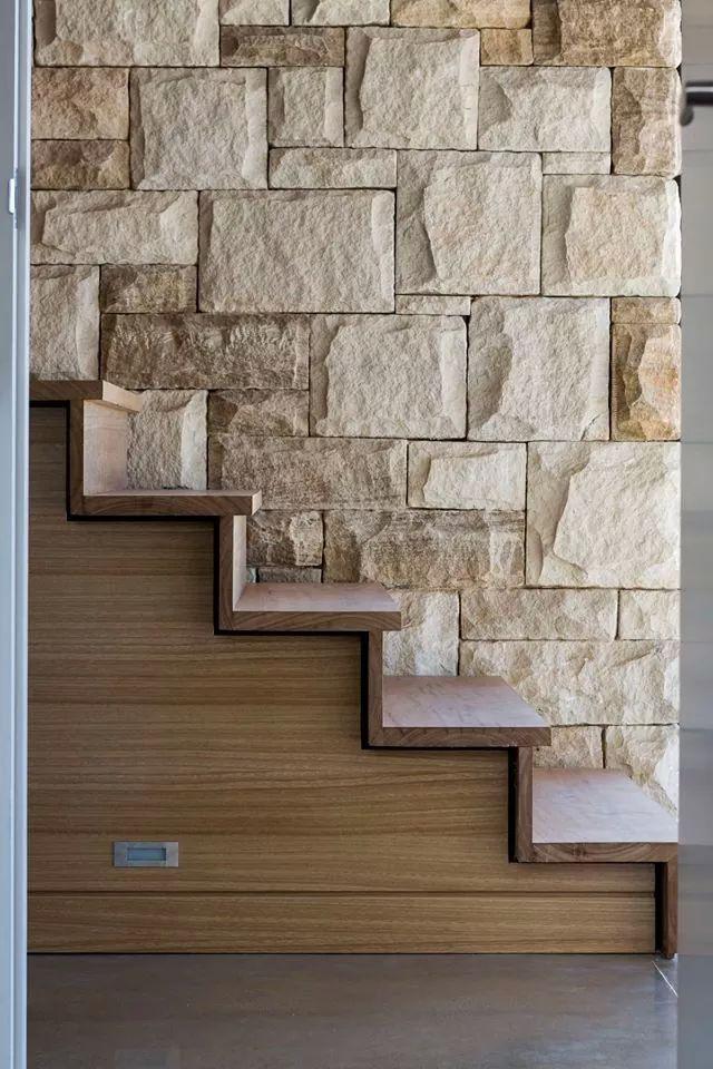 Revestimiento de piedra utilizada en una pared interior for Piedra revestimiento pared