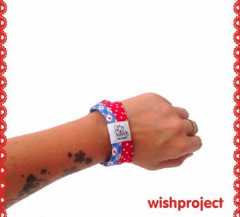 Unser wishproject Stoffarmband aus rotgepunkteter Baumwolle in Kombi mit hellblauer Karo-Herzchen Baumwolle, süßer WishSchlaufe und Druckknopf (nickelfrei). Allerliebst!