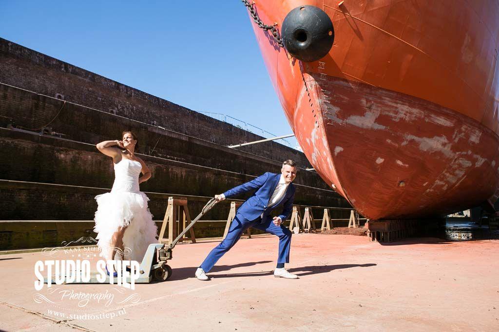 #bruidsfotografie #hellevoetsluis #droogdok De trouwdag van Lourien en Clen begint op een prachtige nazomerdag in oktober bij het bruidspaar thuis, hier wonen zij al een tijdjemet hun mooie gezinnetje. Slechts een enkele muur zijnBruid en Bruidegom van elkaar verwijderd wanneer zij zich aankleden voor de grote dag, alleen de jongens…