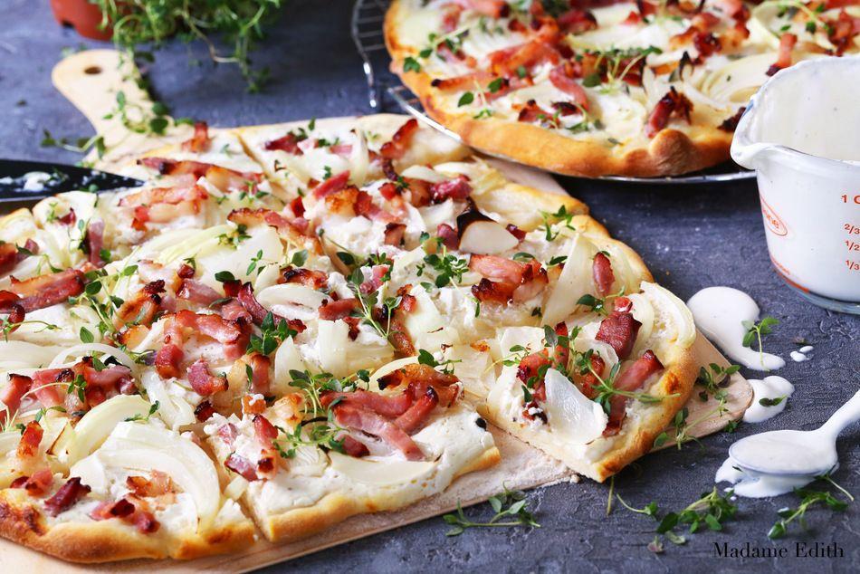 Tarta Flambee Klasyk Kuchni Francuskiej I Bardzo Proste W Przygotowaniu Danie Przypominajace Nieco Cienka Pizze Z Dodatkami Food I Foods Food And Drink