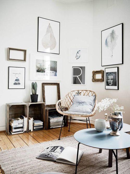 Wohnzimmer im Ethno-Look mit Korbsessel, kleinen Tischen und Regalen