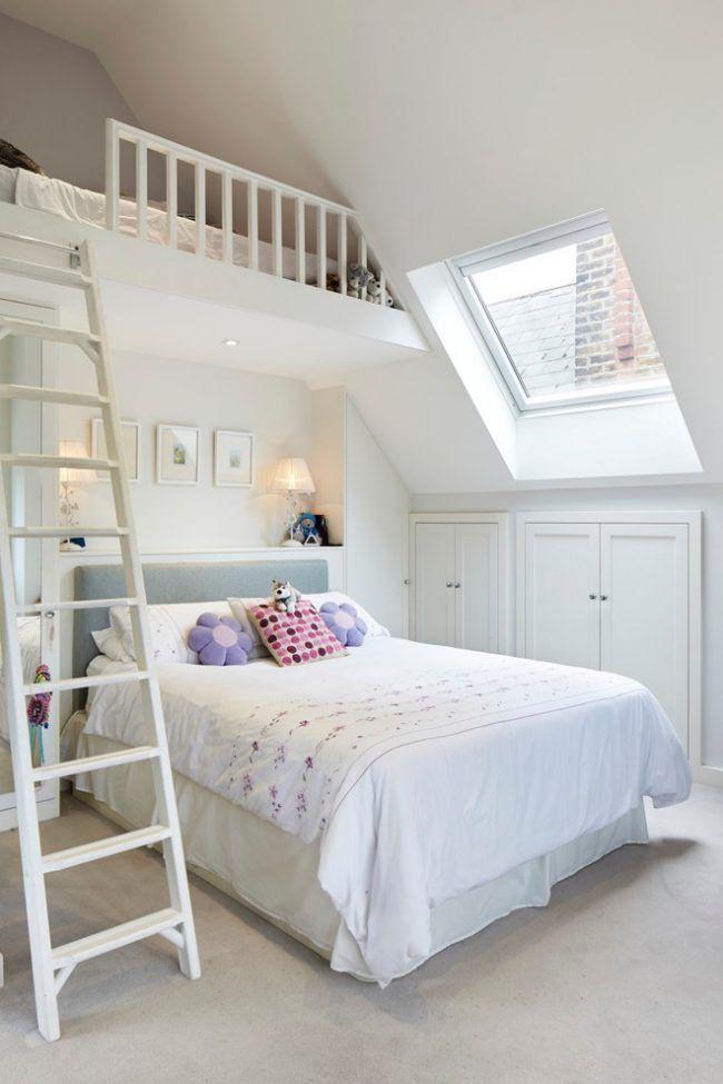 kleine kinderzimmer mit dachschr ge wei e wandfarbe hochbett kinderzimmer pinterest. Black Bedroom Furniture Sets. Home Design Ideas