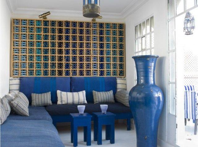dans ce salonshowroom les prsentoirs fil de soie dclins du bleu canard - Decoration Salon Bleu