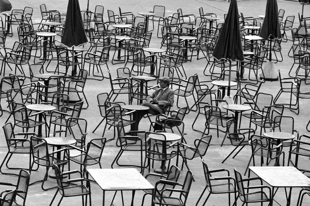 preciousandfregilethings:  greeneyes55: Waiting at the airport  Amsterdam Netherlands 1964 Photo: Leonard Freed