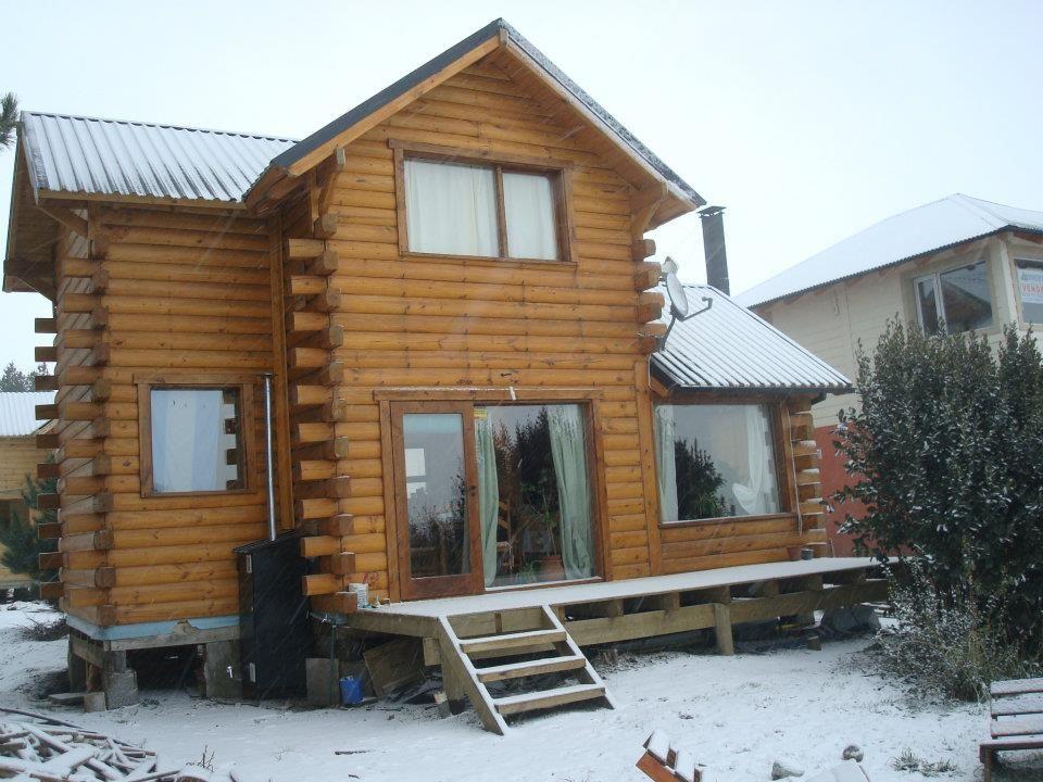 Caba as casa de troncos dise os con grandes ventanales for Disenos de cabanas