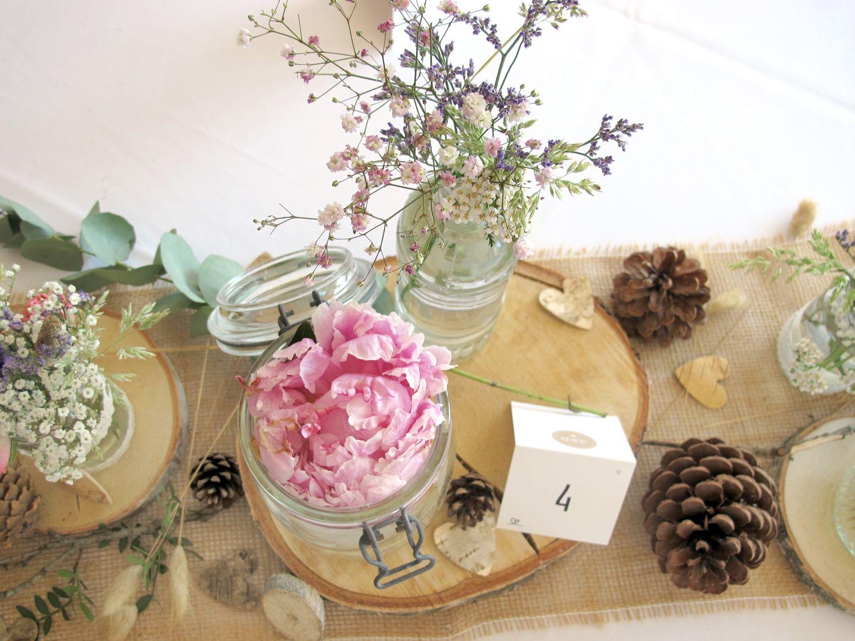 Naturliche Tischdeko Bei Einer Hochzeit Im Juni Mit Pfingstrosen Rosa Und Weissem Schleierkraut Baumscheiben Zapfen Und Viele Deko Tischdeko Tisch Dekorieren