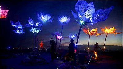 人が根元に座って触れると鼓動に合わせて色が変わる巨大な光の花「Pulse&Bloom」 - GIGAZINE
