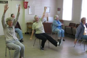 Stoel Voor Ouderen : Chair yoga for seniors: reduce pain and improve health [video
