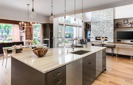 lujo: Interior de la cocina con isla, fregadero, armarios, y pisos ...