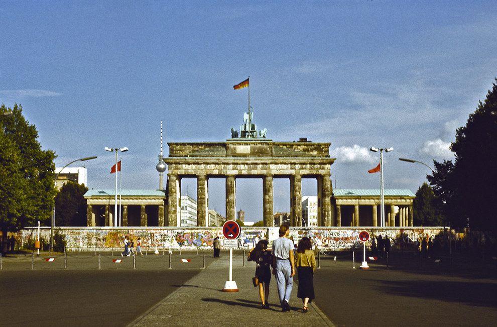 Sightseeing Am Brandenburger Tor 1989 So Sah Das Leben In West Berlin Aus Als Es Von Der Mauer Eingeschlossen Fall Der Berliner Mauer Berlin Berliner Mauer