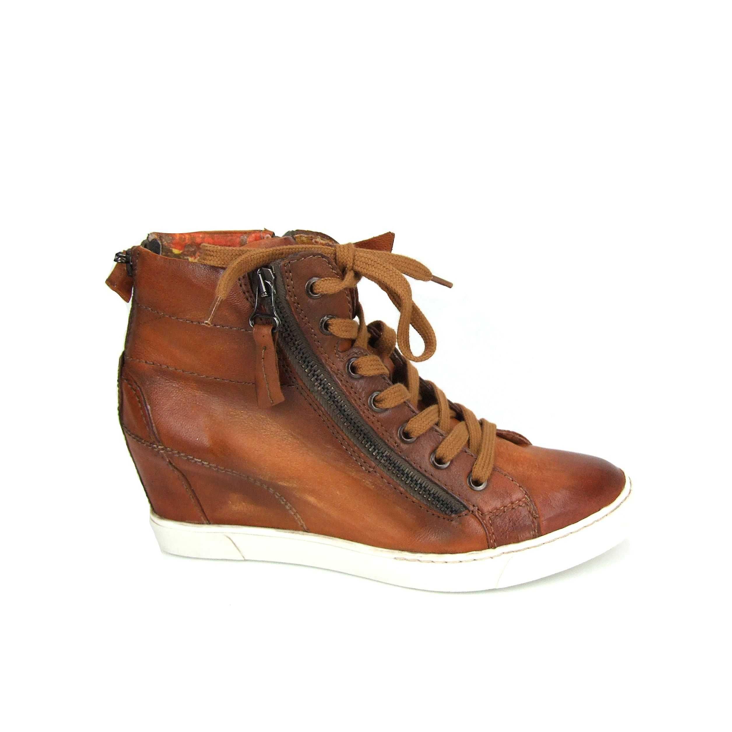 Sleehak sneakers van Mjus! Deze trendy sneakers zijn van leer en canvas  gevoerd. Lekker speels door een drietal ritsen die je allen naar keuze open  of dicht ...