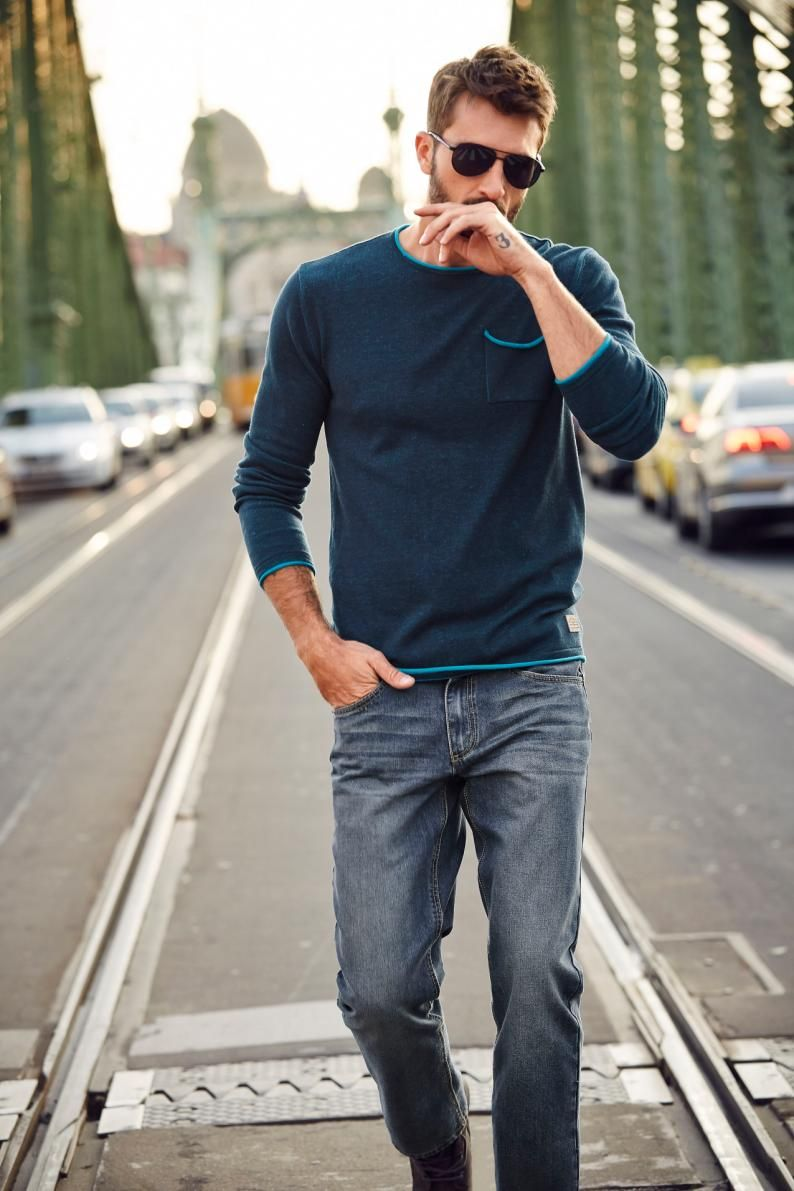 Der Rundhalspullover von John Devin in Marineblau und die lässigen Straight-fit Jeans überzeugen sowohl in entspannter Runde als auch beim coolen After Work.