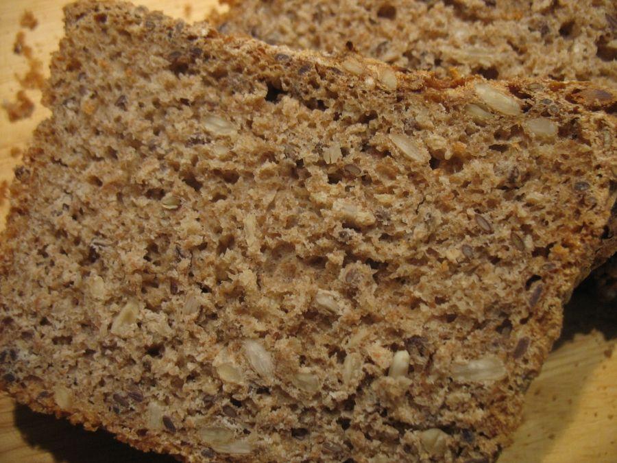 Einfaches Dinkel-Vollkorn-Brot mit Haferflocken und Kernen - Rezept