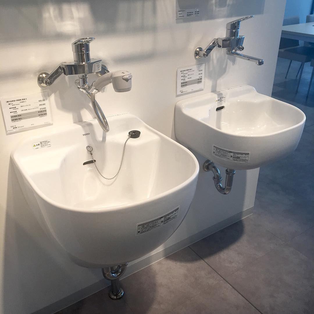 スロップシンクtotoバージョン リクシル と比べて丸みがあってバケツに水を汲んだりハンドソープ置いたりし易いのはtotoかな デザインだけで考えるとアドヴァンのメグが良かったけど工務店取扱い無し 四角くてスッキリした リクシルが第1候補 Home Decor Sink