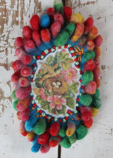 Kleurige broche nopjes gevilt en geborduurd vogel in door LaRosaRosa