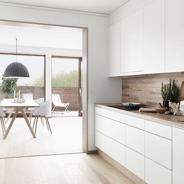cocina blanca con encimera y trasera de madera
