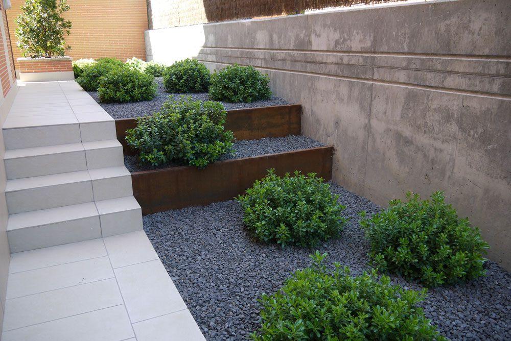 Jard n moderno jard n de bajo mantenimiento terrazas de - Jardineras en escalera ...