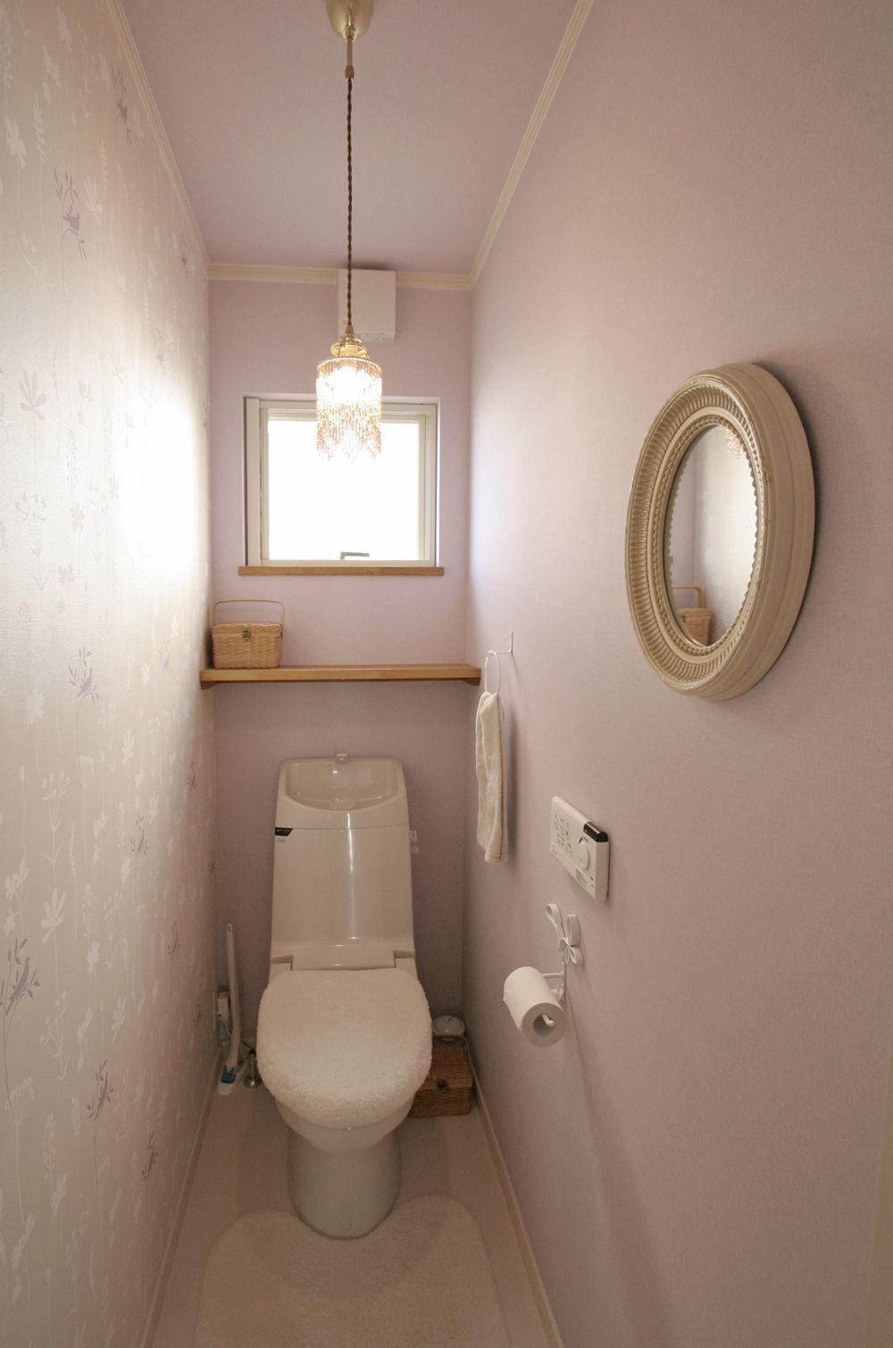 フェミニンピンクなトイレ おしゃれ狭くても快適トイレの トイレ 壁紙 トイレ 壁紙 おしゃれ 狭いバスルームのデザイン