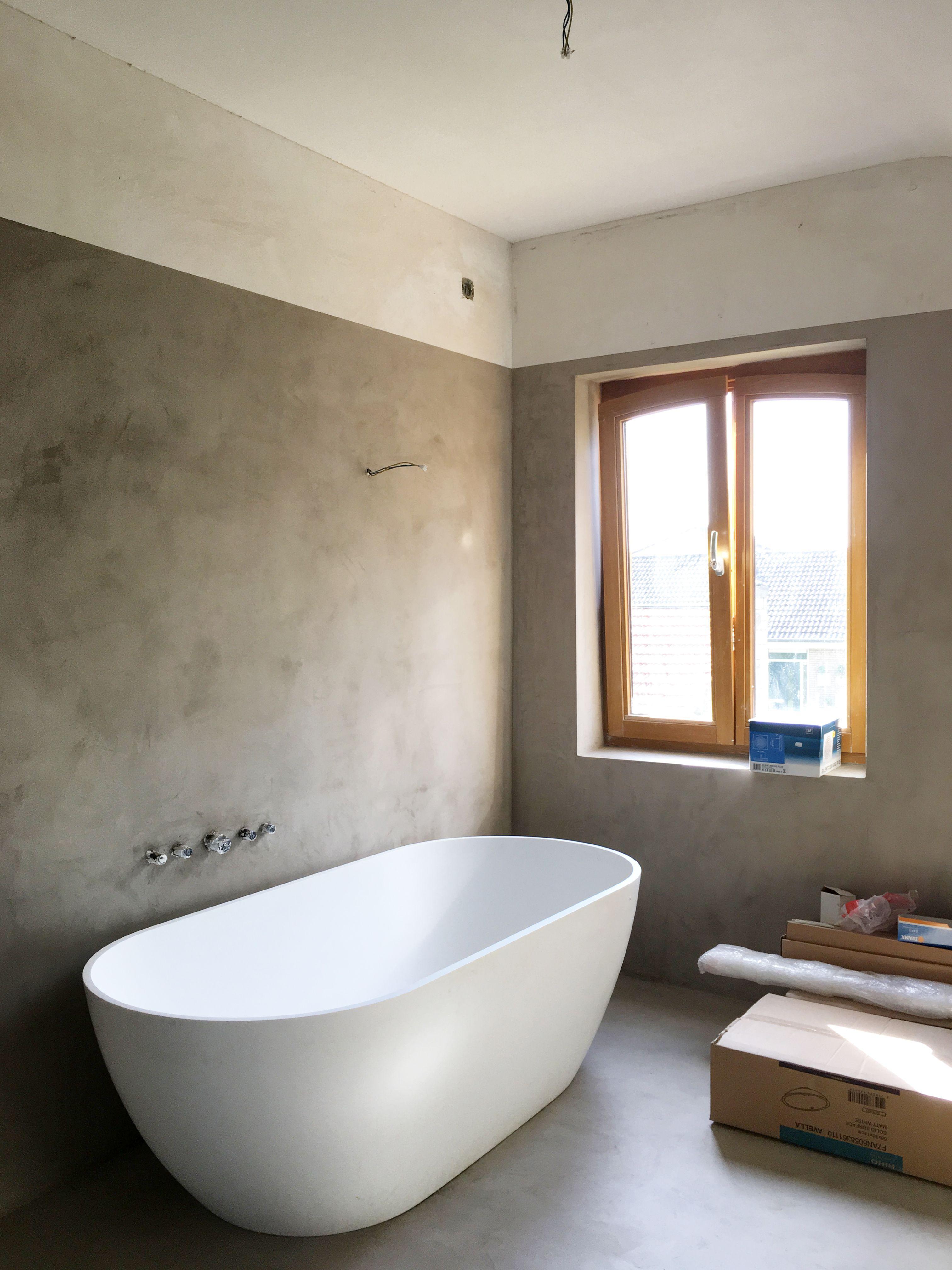het vrijstaand bad staat op zijn plaats de vloeren en wanden zijn