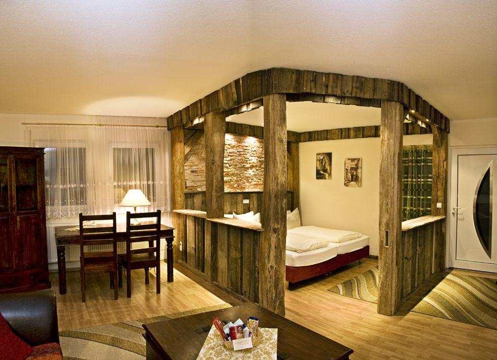 Ebenfalls mit eigener #Außenterrasse und viel privater Atmosphäre lädt die Junior Suite im Hotelgarten ein. Ein romantischer Schlafbereich umgeben von viel Altholz, eine #Sonnenterrasse und der direkte Zugang zum #Wellnessgarten machen diese Junior Suite besonders.