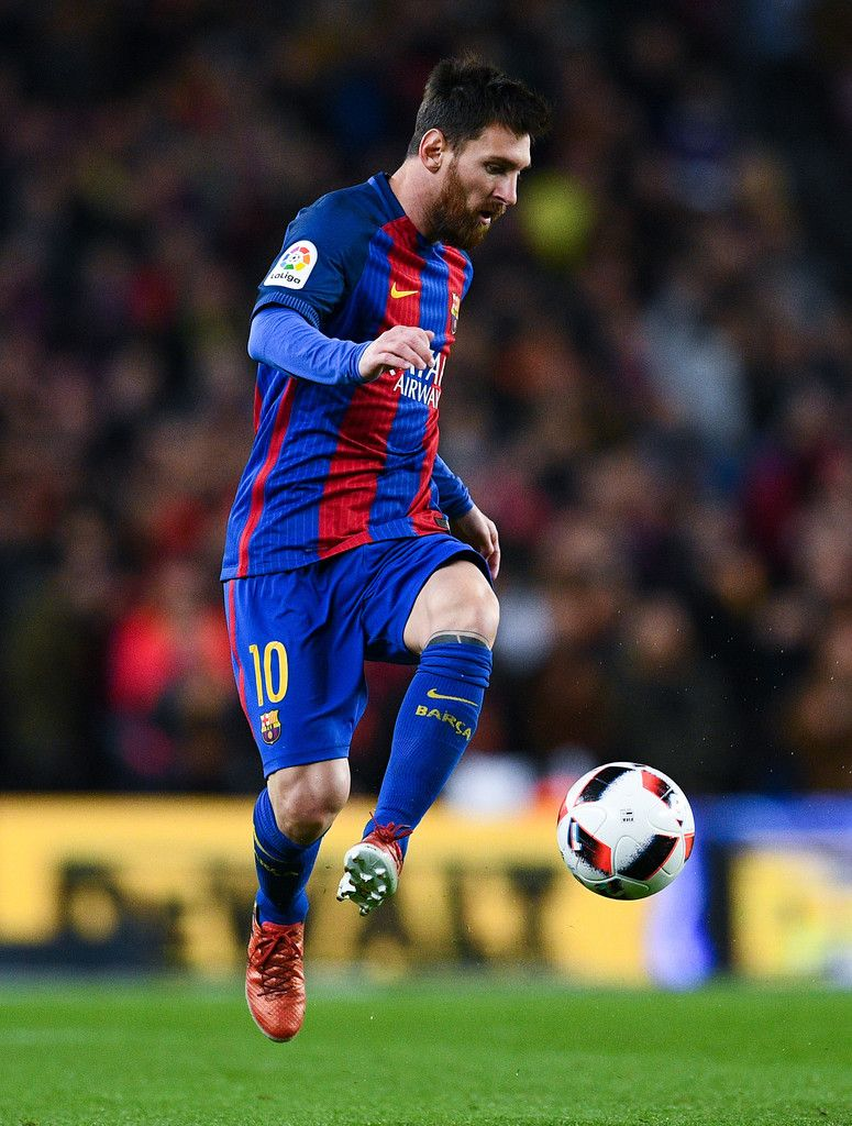 Lionel Messi of FC Barcelona runs with the ball during the Copa del Rey round of 16 second leg match between FC Barcelona and Athletic Club at Camp Nou on January 11, 2017 in Barcelona, Spain.