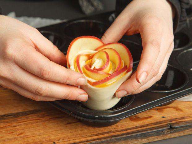 Erfahrt hier, wie ihr ganz schnell diese süßen Blätterteig-Rosen selber machen könnt. #blätterteigrosenmitapfel