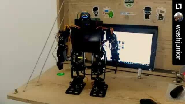 Olha que legal esse robô feito com arduino do @washjunior  . . #eletroeletrônica  #tecnologia #engenharia #inovação #engenhariaeletrica #engenhando #engineering #engineer #robô #robotica #arduino #programação #robotics #robot #biped #servicemotor #servomotor #arduinorobot by casalengenhando