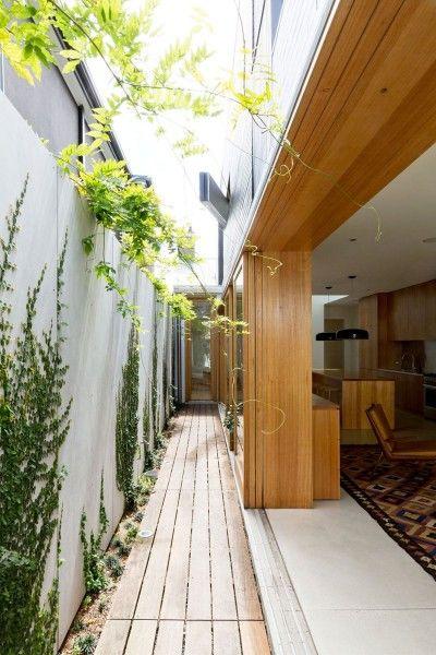 採光と通風と空間の拡がり 中庭とウッドデッキの回廊のある細長い家