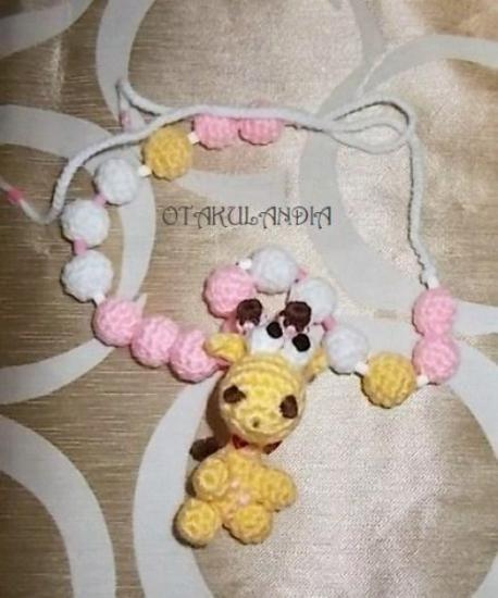 Collar de lactancia Mod. Jirafa Sarita, diseñado y realizado a mano en crochet, exclusivo de Otakulandia y perfecto para utilizarlo cuando le des las tomas a tu bebé o le lleves en brazos, te ahorrarás un buen montón de pellizcos y tirones de pelo!!