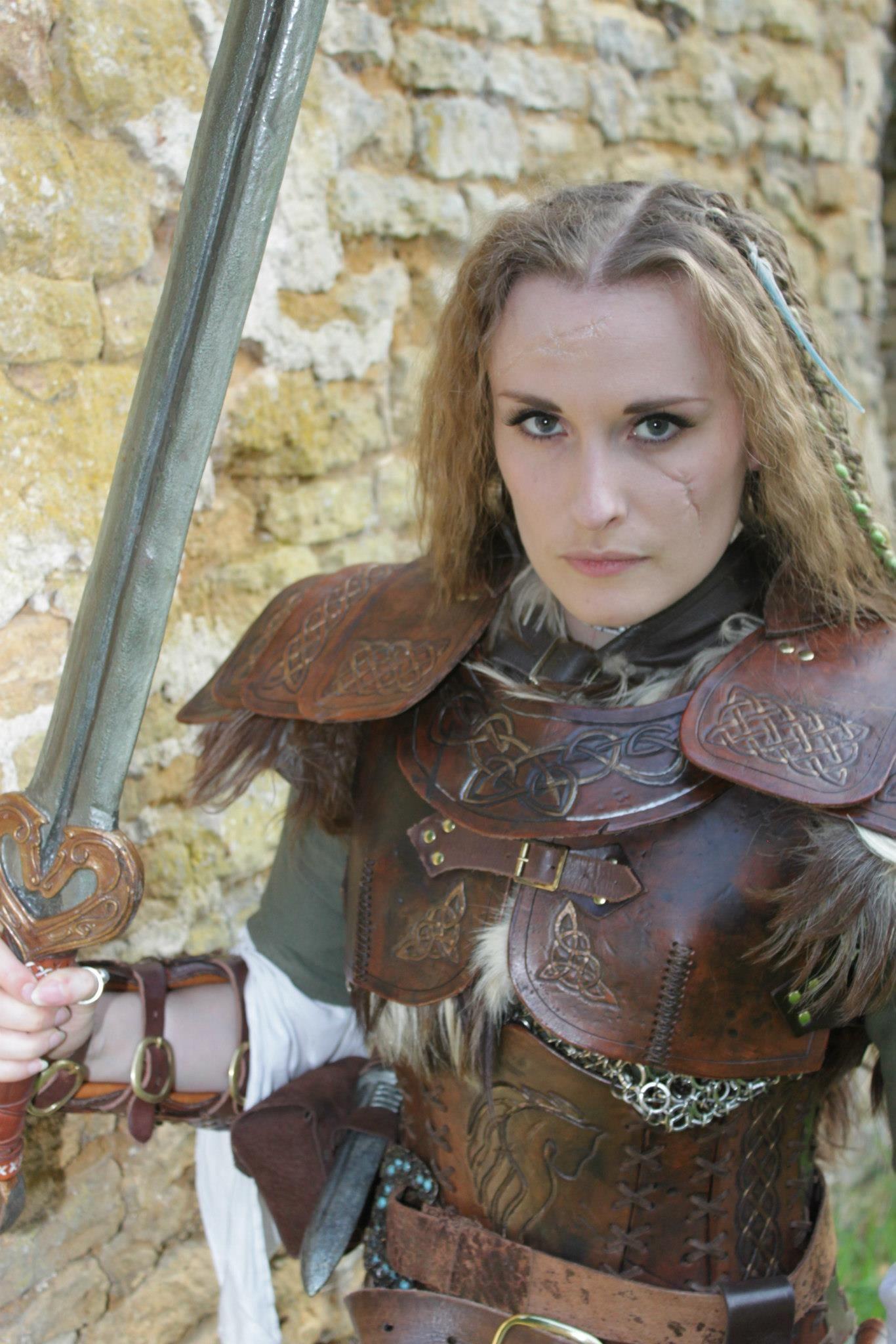Atenção especiais para os detalhes de símbolos celtas na armadura. <3