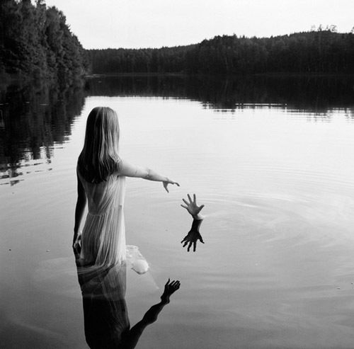 black-and-white-girl-nature-photography